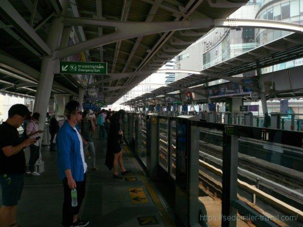 アソーク(Asoke)駅からBTSで、サハーン タクシン(Saphan Taksin)駅に向かいます。